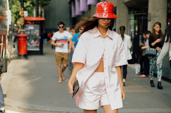 How To Wear Bucket Hat 15 Best Outfit Ideas For Women Fmag Com